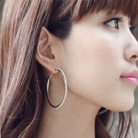 29 cool Women With Hoop Earrings  playzoa.com