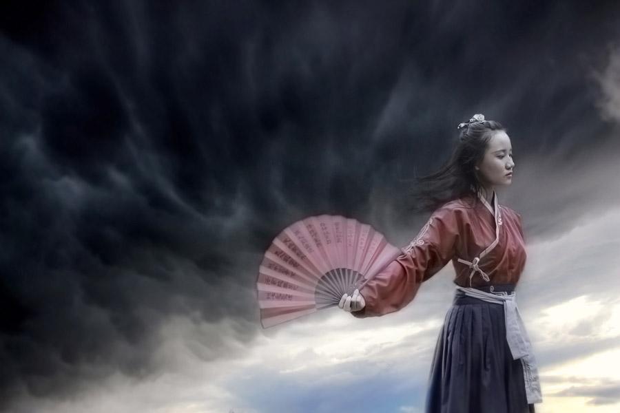 Chinese Cute Girl Hd Wallpaper フリー写真 暗雲と漢服姿で扇子を広げる女性でアハ体験 Gahag 著作権フリー写真・イラスト素材集