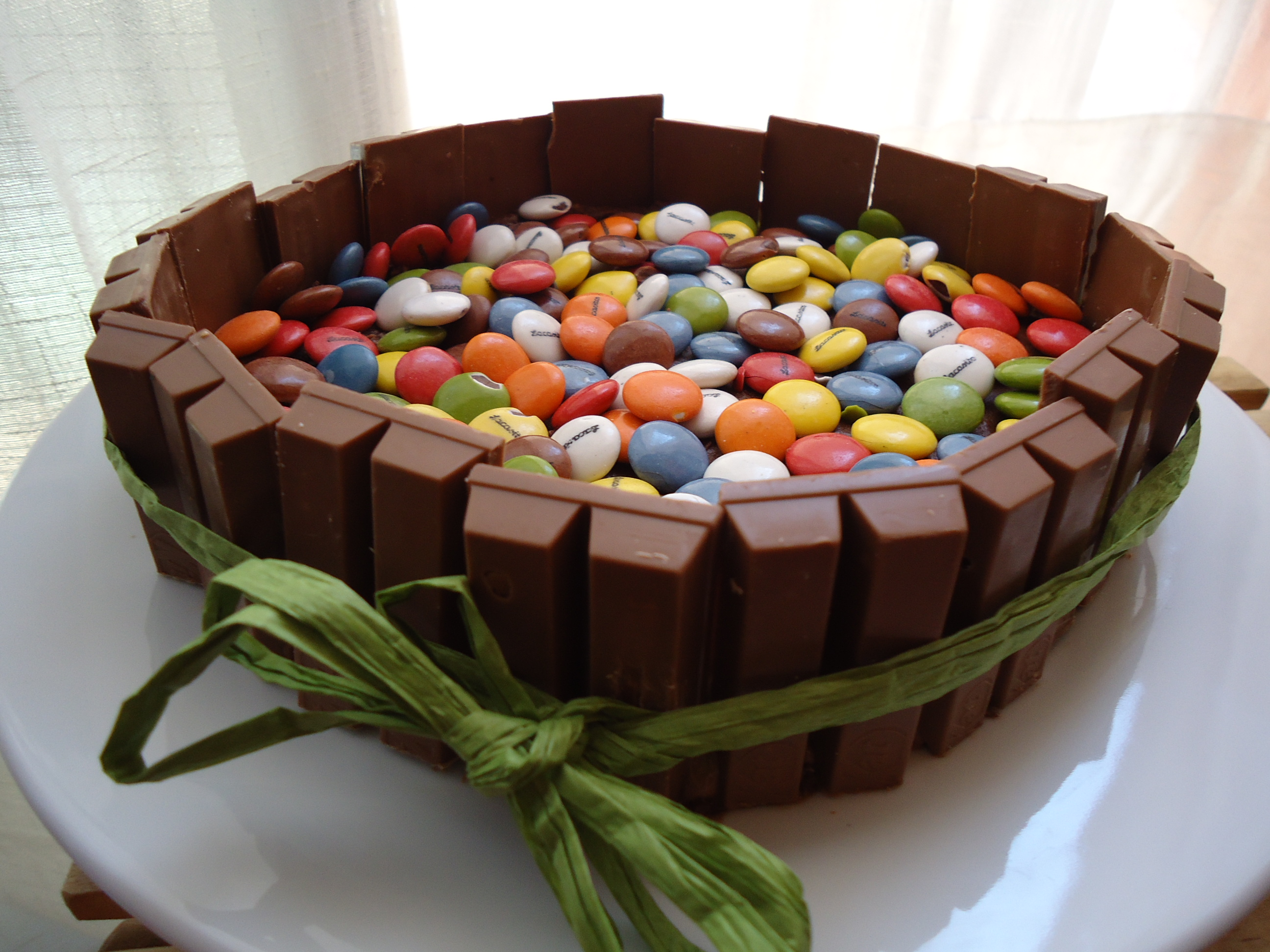 Como Decorar Un Pastel De Chocolate Pastel De Chocolate Decorado Con Kit Kats Galletomonster