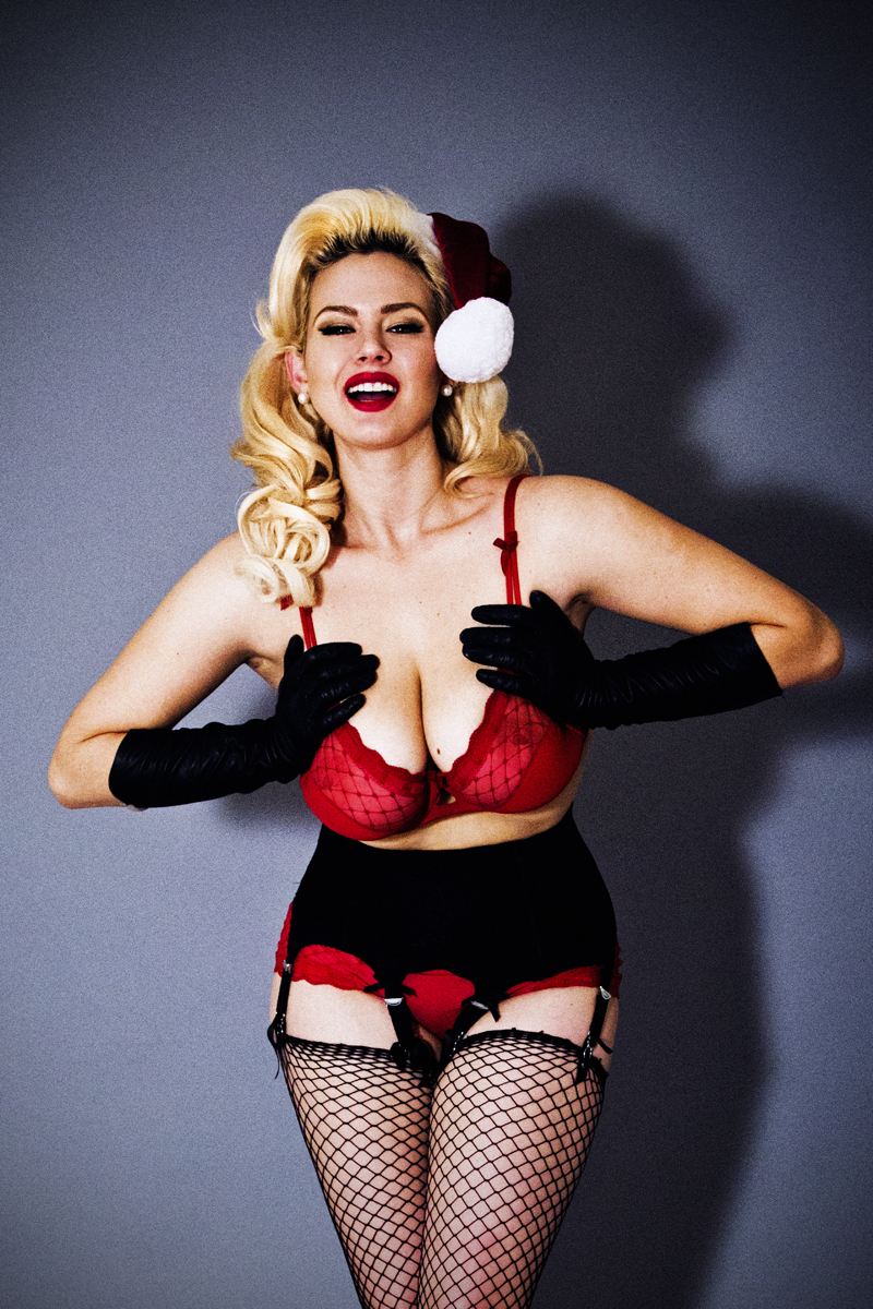 Pin Up Girl Wallpaper Free Exclusive Online Editorial All I Want For Xmas Is Curves