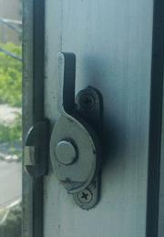 窓の鍵はクレセント錠