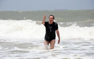 Ricardo Murad tirando onda nas praias poluídas de São Luís: R$ 30 milhões foram parar no fundo do mar