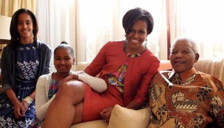 Nelson Mandela saat dikunjungi Michelle Obama dan kedua anaknya 2011. Mandela sering mengenakan batik kesayangannya saat bertemu beberapa tokoh dunia. Rnw.nl