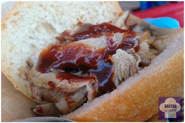 Bocadillo de costilla de cerdo, cebolla y salsa barbacoa MadrEAT