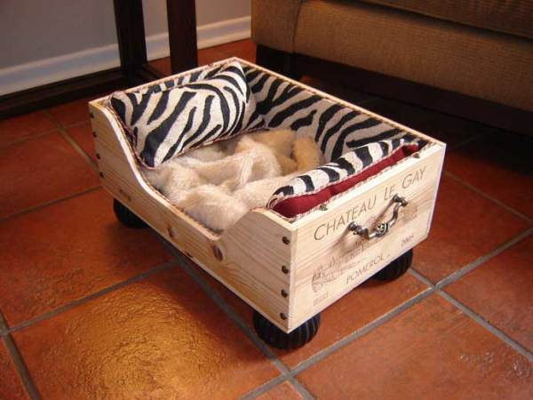 Mais um caixote com detalhe usando puxadores, e pés ou rodinhas para manter longe da friagem do chão. Design de Kate Hammett para Lewis & Greening.