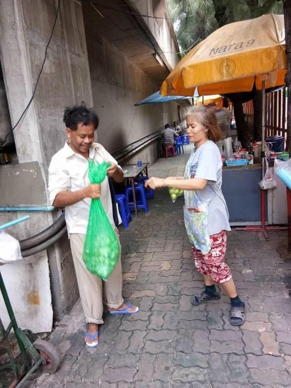 homem vende limoes gatos abandonados morador de rua tailandia
