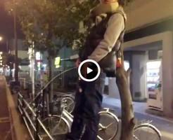 【Vine動画】道路に向かって巨根ムケチン丸出しで放尿するやんちゃ系男子がエロいww