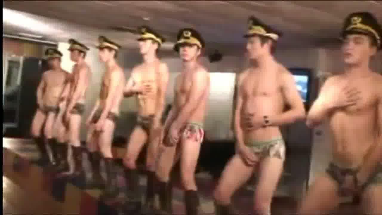 【ゲイ動画】軍隊?それともセクシーな踊りをするグループダンス?トレーニングジムのような場所で不思議な踊りとセクシープレイでエッチなうごきで周りを誘っていき…♪