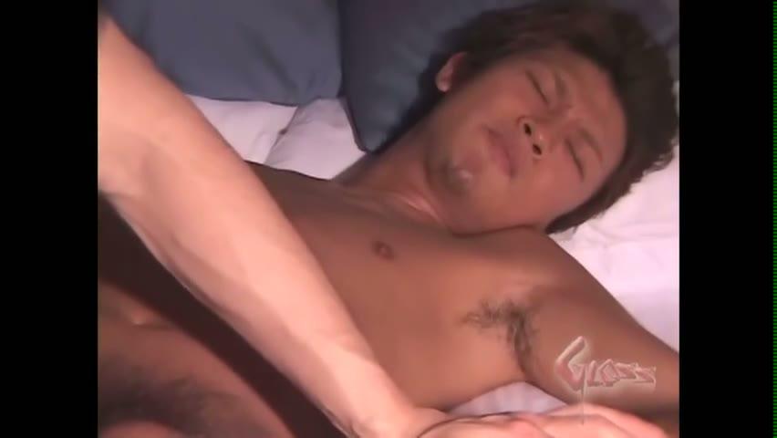 【ゲイ動画】本当に初めてかよ…?アナル処女なのに、極太のディルドをくわえこみ、巨根ペニスも痛そうにしながらもなんとか受け入れるやんちゃ系の筋肉ヒゲイケメンがすごい!