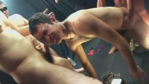 【ゲイ動画】包茎クマ系イケメンが自ら浣腸でアナル洗浄するシーンから輪姦セックス現場へ!複数の男たちにアナルをがっつりといじられてプラグやバイブもズッポリと銜えこむ!