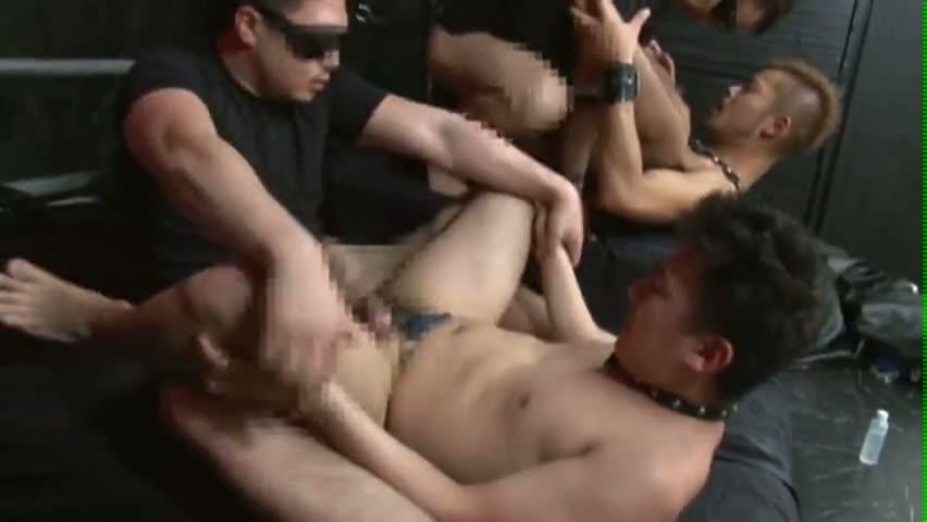【ゲイ動画】ほら…チ○コ欲しいの!?首輪とリードをつけた奴隷が別の拘束具をつけた奴隷を犯している最中にご主人様?が入り数珠繋ぎアナルセックスに!さらにガン掘りに…!