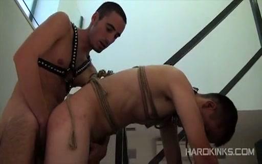 【ゲイ動画】スリムな白人の美少年イケメンがペット奴隷になったのは催眠術が原因!?足を舐めさせられ、ご主人様の放尿直後の包茎ペニスをしゃぶり、縛られて犯されまくる!
