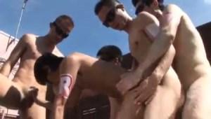 【ゲイ動画】さまざまな体型の男子が屋外で大乱交!スリム系、スリ筋、筋肉系などの体と体をぶつけ合う本能に任せたアナルセックス、全員が欲情して求めまくるのがすごい!