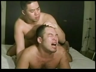 【ゲイ動画】ガチムチクマ系の短髪男子が裸エプロンで家事をしていたら、帰ってきたガチムチ男子に後ろから抱きつかれた!我慢できない二人はそのままカラミを魅せ…!