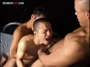 【ゲイ動画】坊主頭の筋肉系ボクサー男子が手錠で拘束されてアナルをがっつりと犯されまくり!ガン掘りで、時には3Pで…なすすべもなく、男たちにケツマ○コをさらけ出し…!