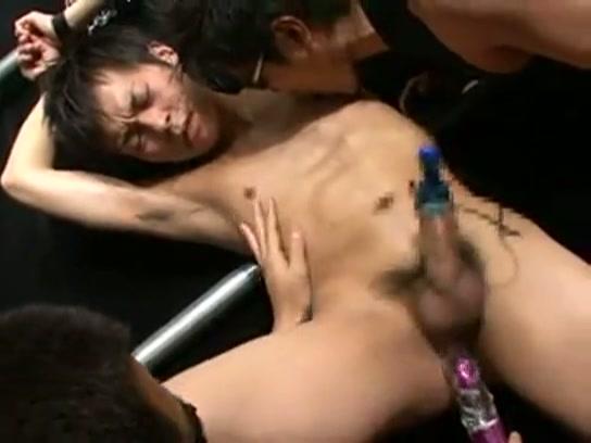 【ゲイ動画】二人のイケメンが腕を縛られ拘束、電マや乳首攻撃でフル勃起!さらに勃起したペニスをしごかれたりローターで亀頭を刺激されて喘ぎ声から泣き声に近くなり…!