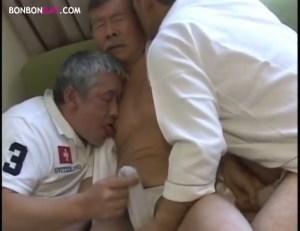 【ゲイ動画】ぽっちゃり気味の中年オヤジがネットリと3Pに挑む!若い者には負けん!といった気迫でテクニック満載の愛撫にフェラ、アナルセックスも生挿入でガン掘り!