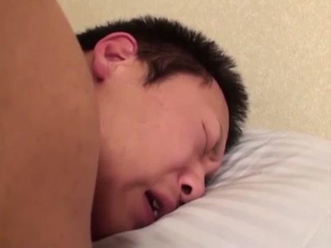 【ゲイ動画】初めてのアナルセックスは何だか痛そう?初カラミに不安を抱える筋肉系の童顔イケメン、男の愛撫にペニスは勃起するも、アナルは指一本でもキツキツだな…!