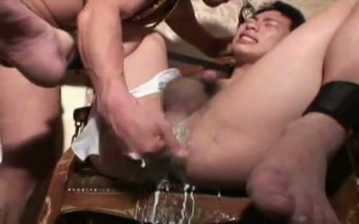 【ゲイ動画】反抗的な奴隷には厳しく調教を!筋肉系イケメンが反抗的な目を向けて抵抗する中、乱暴にムチでスパンキングしたり、ペニスを足で踏んだりとかなりキツイお仕置きを…!