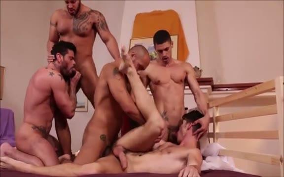 【ゲイ動画】巨根すぎる?極太ペニスを勃起させて、プレイ前から期待しちゃってる筋肉系白人男子!ナイスガイたちに速攻でビッグペニスを挿入されて感じまくり&輪姦セックス!