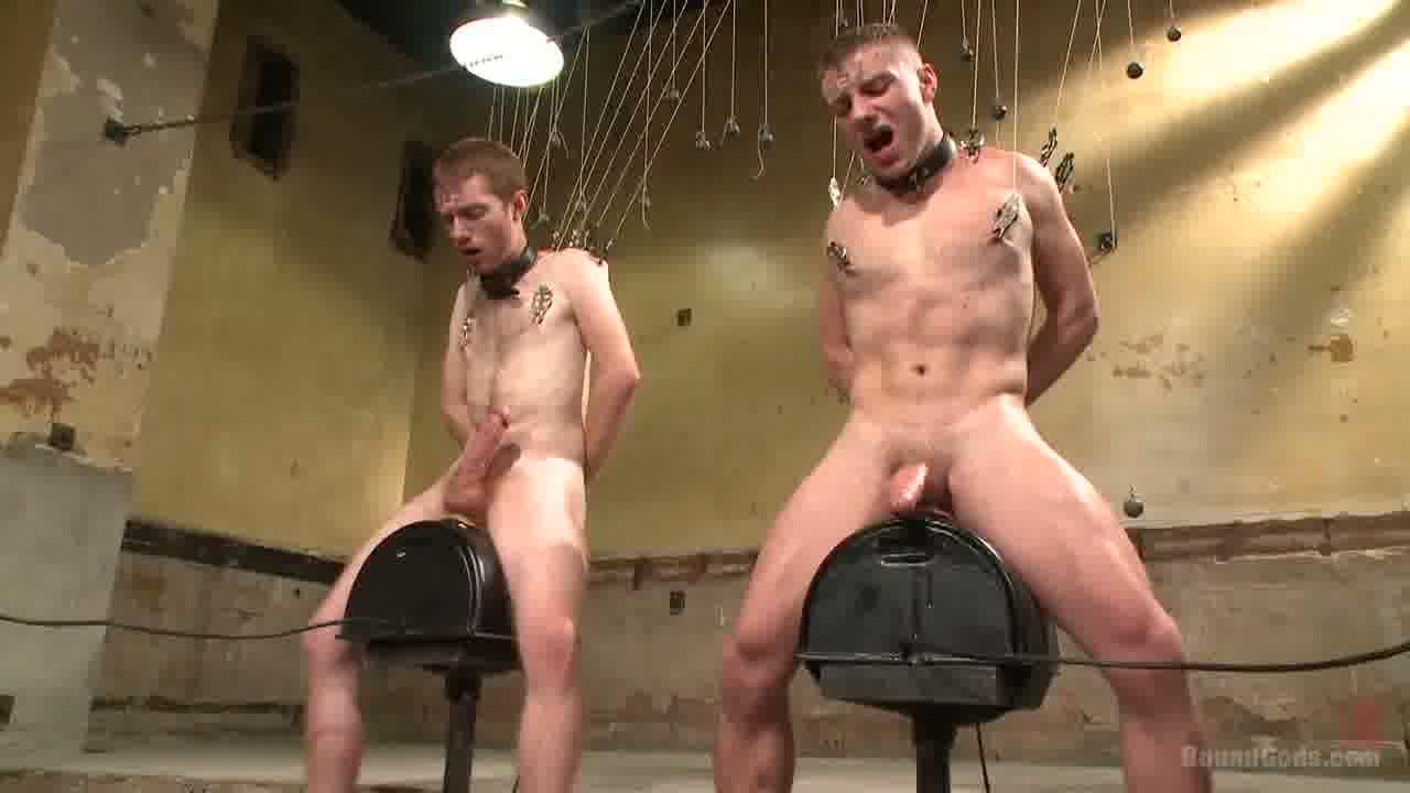 【ゲイ動画】たくさんの調教道具やロウソクが用意されている中で監禁され、スパンキングにガン掘りピストン!さらには宙づり拘束でご主人様にアナルを掘られる白人イケメンたち…!