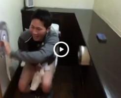 【Vine動画】トイレに逃げ込んだのに解錠されて、恥ずかしいところが丸見えのイケメンw