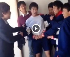 【Vine動画】ジャージ姿の素朴な少年が同級生から服を脱がされて美尻があらわにw