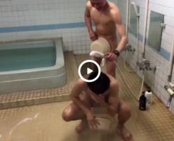 【Vine動画】筋肉系男子がシャワーを顔にぶっかけられ、避けるときに巨根の包茎がポロリw