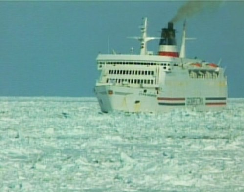 cruise-ship-stuck-in-ice