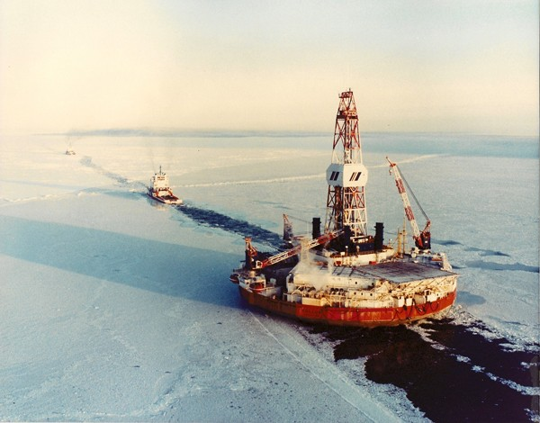 Drilling rig arctic ocean under tow