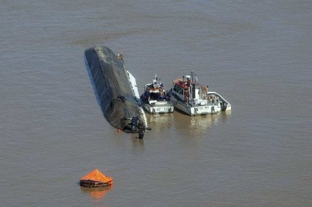 tugboat crash parana de las palmas argentina barge