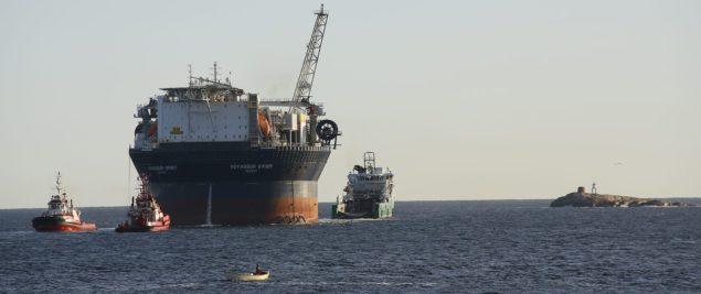 Voyageur Spirit rig tow fpso