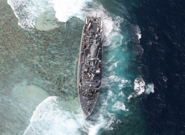 USS Guardian aground on Tubbahata Reef