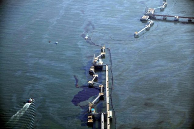 Crude oil from a cracked pipeline run by GS Caltex Corp is seen in the sea off Yeosu, about 460 km (286 miles) south of Seoul, January 31, 2014. REUTERS/Yeosu Maritime Police/Yonhap