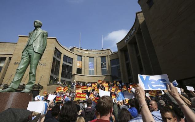 "Supporters of the ""Yes"" campaign (foreground) try to disrupt a ""No"" campaign rally that Labour party leader Ed Milliband addressed, close to a statue of Donald Dewar who was the first First Minister of Scotland, in Glasgow September 11, 2014. REUTERS/Paul Hackett"
