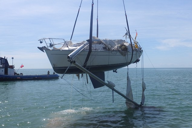 Photograph of yacht Orca being recovered from the water on June 9, 2014. Photo: MAIB