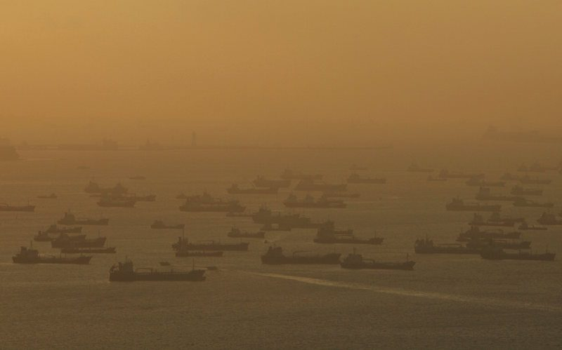 Shipping vessels and oil tankers line up the eastern coast of Singapore July 22, 2015. REUTERS/Edgar Su