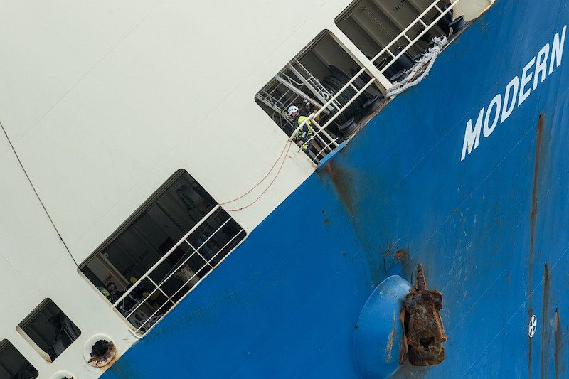 """Le batîment de commerce """"Modern Express"""" est à la dérive au large des côtes françaises, suite a une avarie et a l'évacuation de son équipage. L'Abeille Bourbon ainsi que la Frégate Anti-sous-marine (FASM) Primauguet arrivent sur zone avec les experts de la Marine Nationale, pour une évaluation de la situation. Le Jeudi 28 Janvier 2016 au large des côtes françaises."""