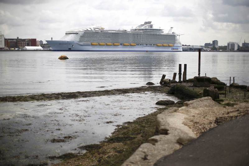 The worlds largest cruise ship, the 361 metres long, Harmony of the Seas, is berthed in port ahead its maiden voyage, in Southampton, Britain May 17, 2016.  REUTERS/Peter Nicholls