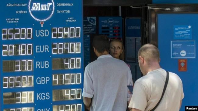 Очередь у пункта обмена валют после объявленного властями решения об отправке курса тенге в «свободное плавание». Алматы, 20 августа 2015 года.
