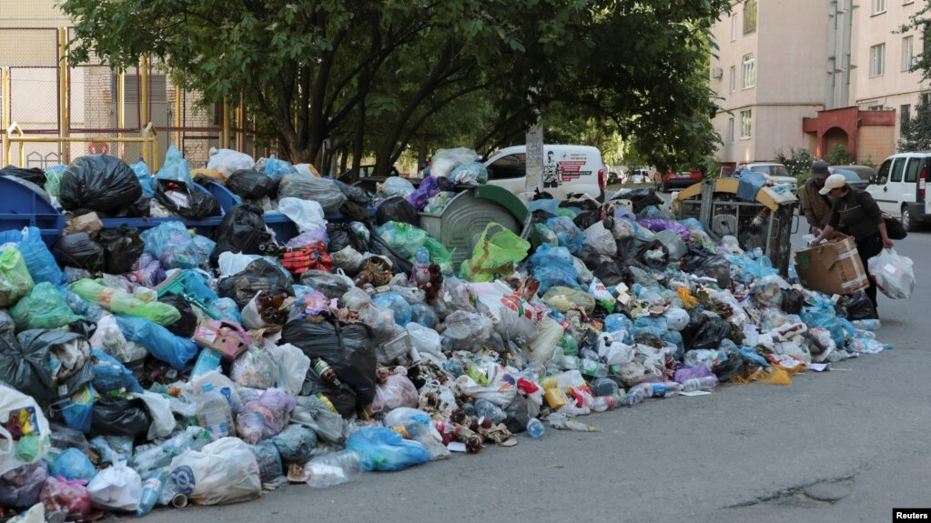 Ukrainian Lawmakers Tell Lviv Mayor To Solve Garbage Problem Or Resign