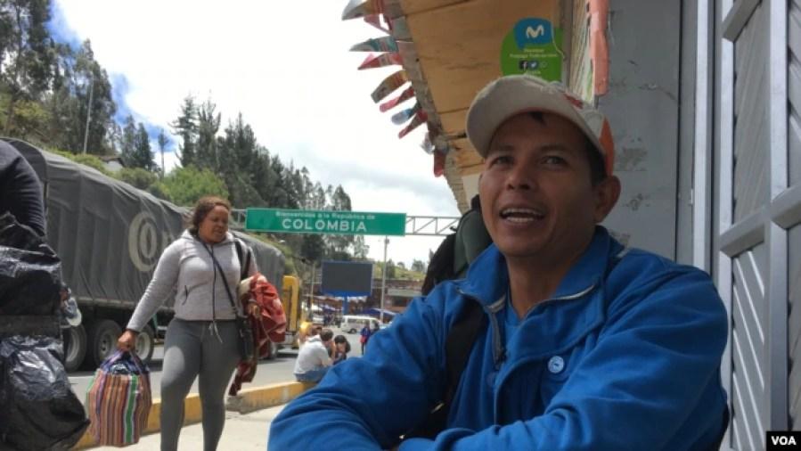 Marcos Comacaro, originario de Barquisimeto, vende café en el puente internacional Rumichaca, en la frontera entre Colombia y Ecuador