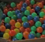 Espectacular efecto magnético que hace danzar unas pelotitas de plástico