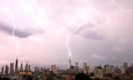 Rayos impactando 3 edificios de Chicago al mismo tiempo