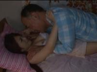 【近親●姦】隣の部屋で眠っている巨乳娘を夜這いして犯す鬼畜父!!