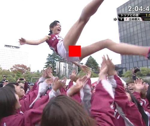 【※速報※】全日本大学女子駅伝トップ選手が胴上げされ短パンの隙間から『具』が丸見えにwwwwwwwwwwww
