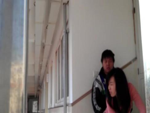 学校の廊下で生徒と先生がセックスしてる・・・ すると、そこに・・・・