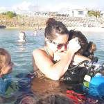 Soldat taucht aus dem Meer auf und überrascht seine Familie