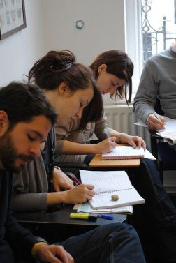 Las clases pueden ser en grupos, individuales y de distintos niveles y especialidades: inglés para hostelería, especializado en un sector concreto, etc.