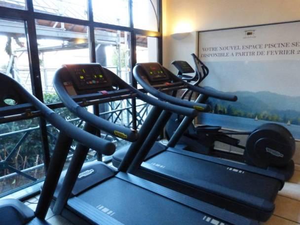 Le coin salle dee sport avec une dizaine de machines